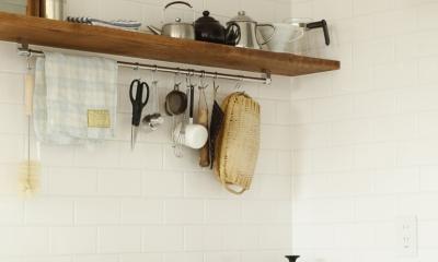 H邸・家族の笑顔にあふれる快適な住まい (キッチン棚)