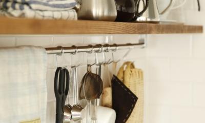 H邸・家族の笑顔にあふれる快適な住まい (ハンギング収納(キッチン))