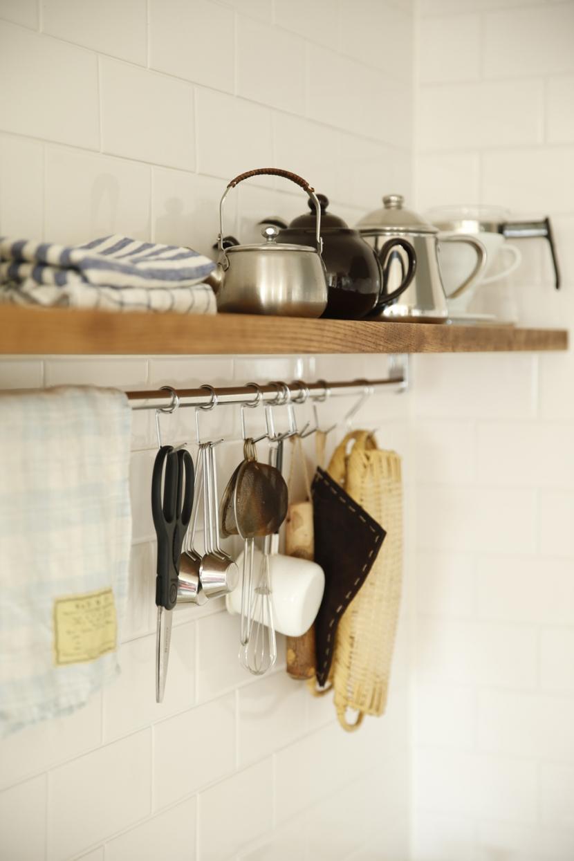 H邸・家族の笑顔にあふれる快適な住まいの写真 ハンギング収納(キッチン)
