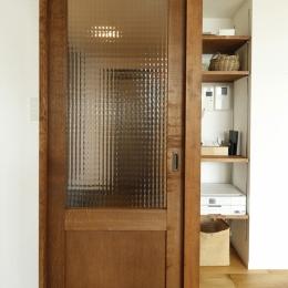 H邸・家族の笑顔にあふれる快適な住まいの写真 チェッカーガラス扉
