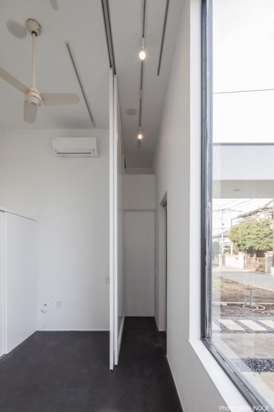 玄関とアトリエ (ハコノオウチ04 2.5世帯住宅)