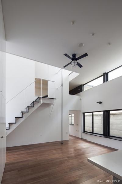 階段横には登り棒 (ハコノオウチ04 2.5世帯住宅)