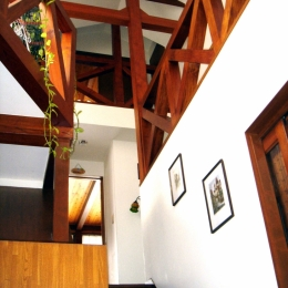 COPPER-HOUSE-1-玄関ホールから階段上見上げ