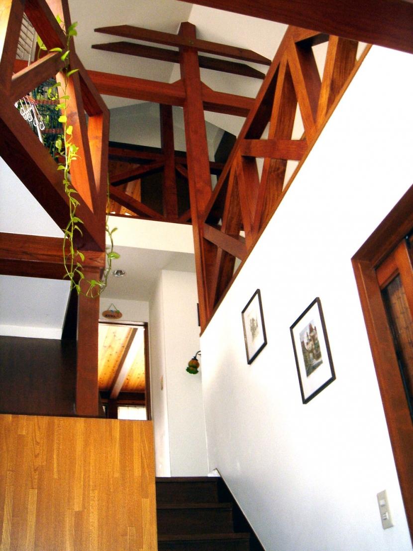 COPPER-HOUSE-1の部屋 玄関ホールから階段上見上げ