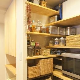 体で感じる、自然素材の住まい (キッチンパントリー)