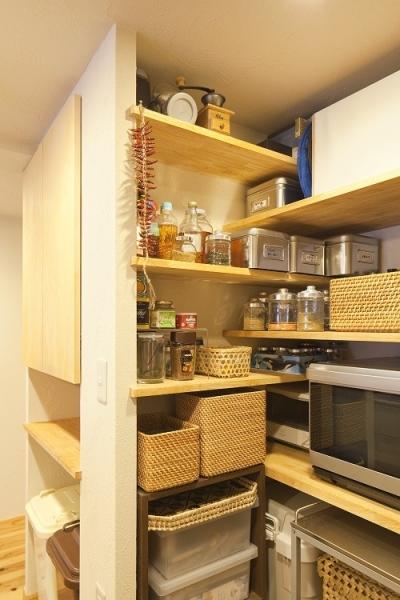 東京都新宿区I様邸 ~体で感じる自然素材の住まい~ (キッチンパントリー)