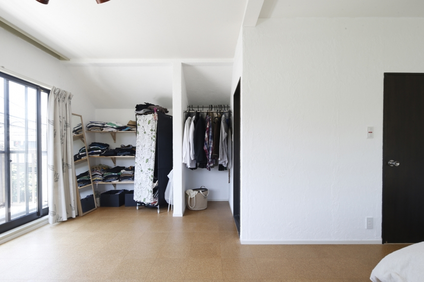 Y邸・できることは自分たちで。コラボで作り上げた快適な住まいの写真 ベッドルーム-クローゼット-