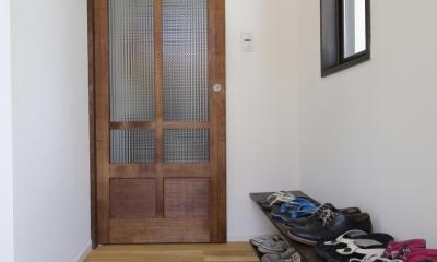 Y邸・できることは自分たちで。コラボで作り上げた快適な住まい (玄関)