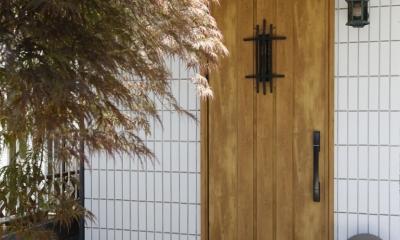Y邸・できることは自分たちで。コラボで作り上げた快適な住まい (玄関ドア)