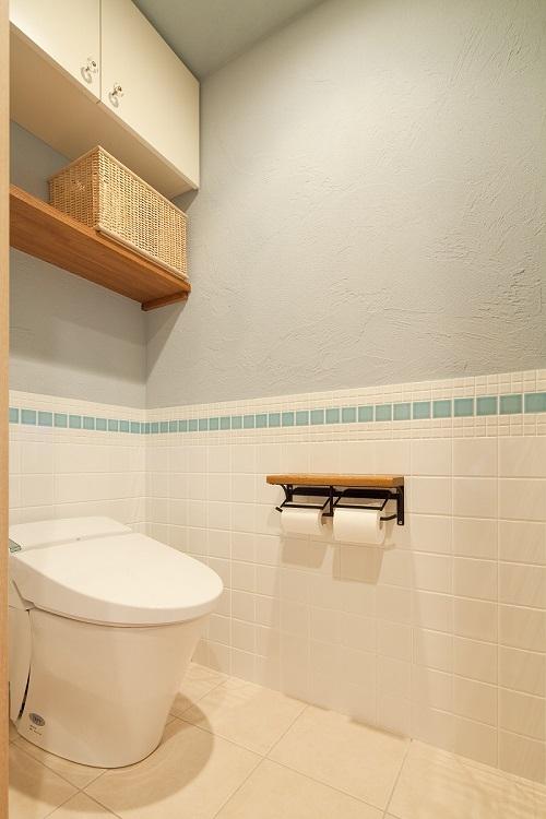 横浜市W様邸 ~ナチュラルリノベーションでヴィンテージ家具を楽しむ住まい~ (爽やかトイレ)