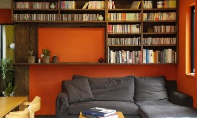 T邸・室内も窓からの緑も・・・色彩溢れる毎日を暮らす ((引き戸付)カウンターキッチン本棚)