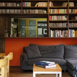 引き戸(開)カウンターキッチン本棚 (T邸・室内も窓からの緑も・・・色彩溢れる毎日を暮らす)