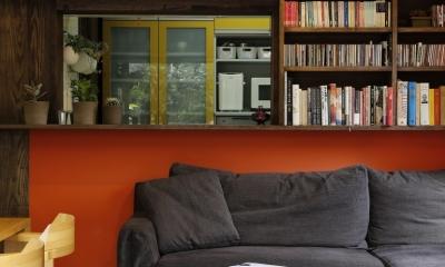 T邸・室内も窓からの緑も・・・色彩溢れる毎日を暮らす (引き戸(開)カウンターキッチン本棚)