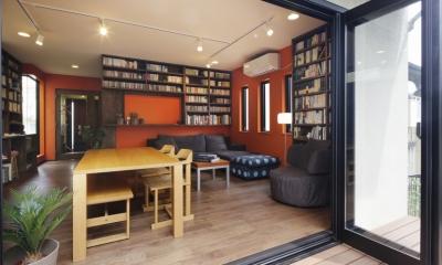 T邸・室内も窓からの緑も・・・色彩溢れる毎日を暮らす (リビングダイニング(ウッドデッキ開))