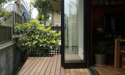 T邸・室内も窓からの緑も・・・色彩溢れる毎日を暮らす (テラス)