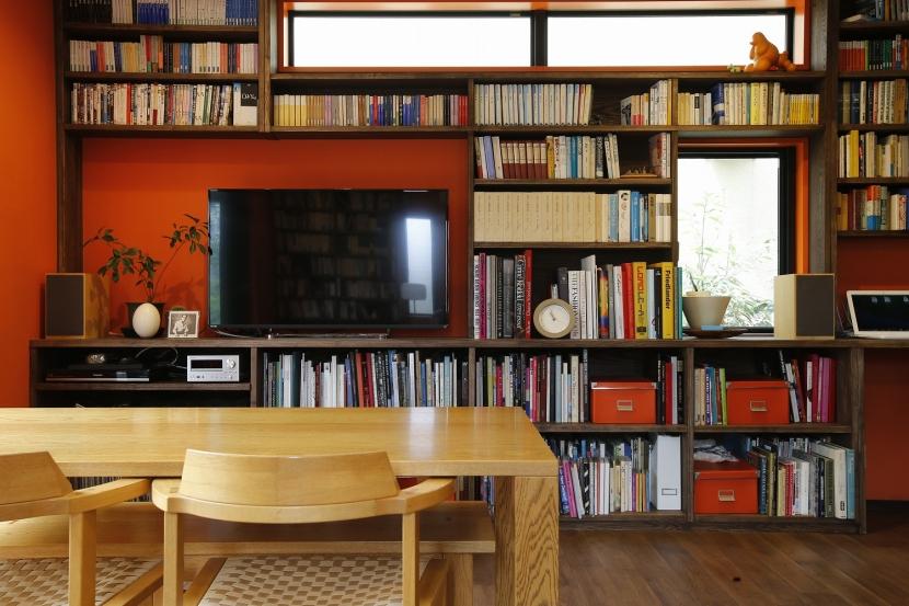 T邸・室内も窓からの緑も・・・色彩溢れる毎日を暮らす (一面造作棚)
