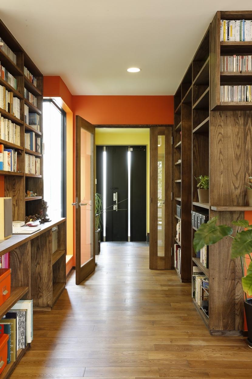 T邸・室内も窓からの緑も・・・色彩溢れる毎日を暮らす (玄関廊下)