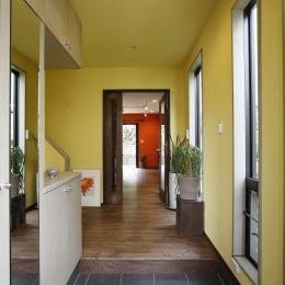 T邸・室内も窓からの緑も・・・色彩溢れる毎日を暮らす (玄関)