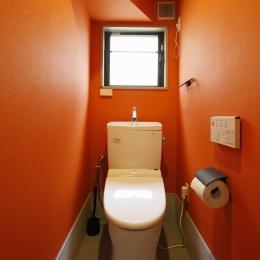 T邸・室内も窓からの緑も・・・色彩溢れる毎日を暮らす (トイレ)