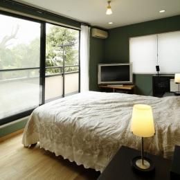 T邸・室内も窓からの緑も・・・色彩溢れる毎日を暮らす (ベッドルーム)