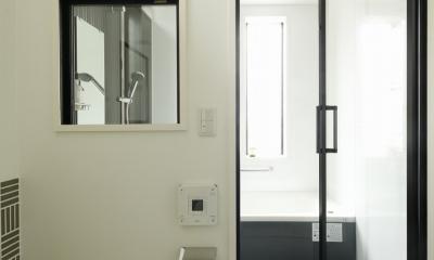 T邸・室内も窓からの緑も・・・色彩溢れる毎日を暮らす (トイレバス)