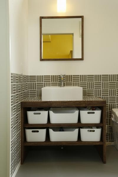 洗面台 (T邸・室内も窓からの緑も・・・色彩溢れる毎日を暮らす)