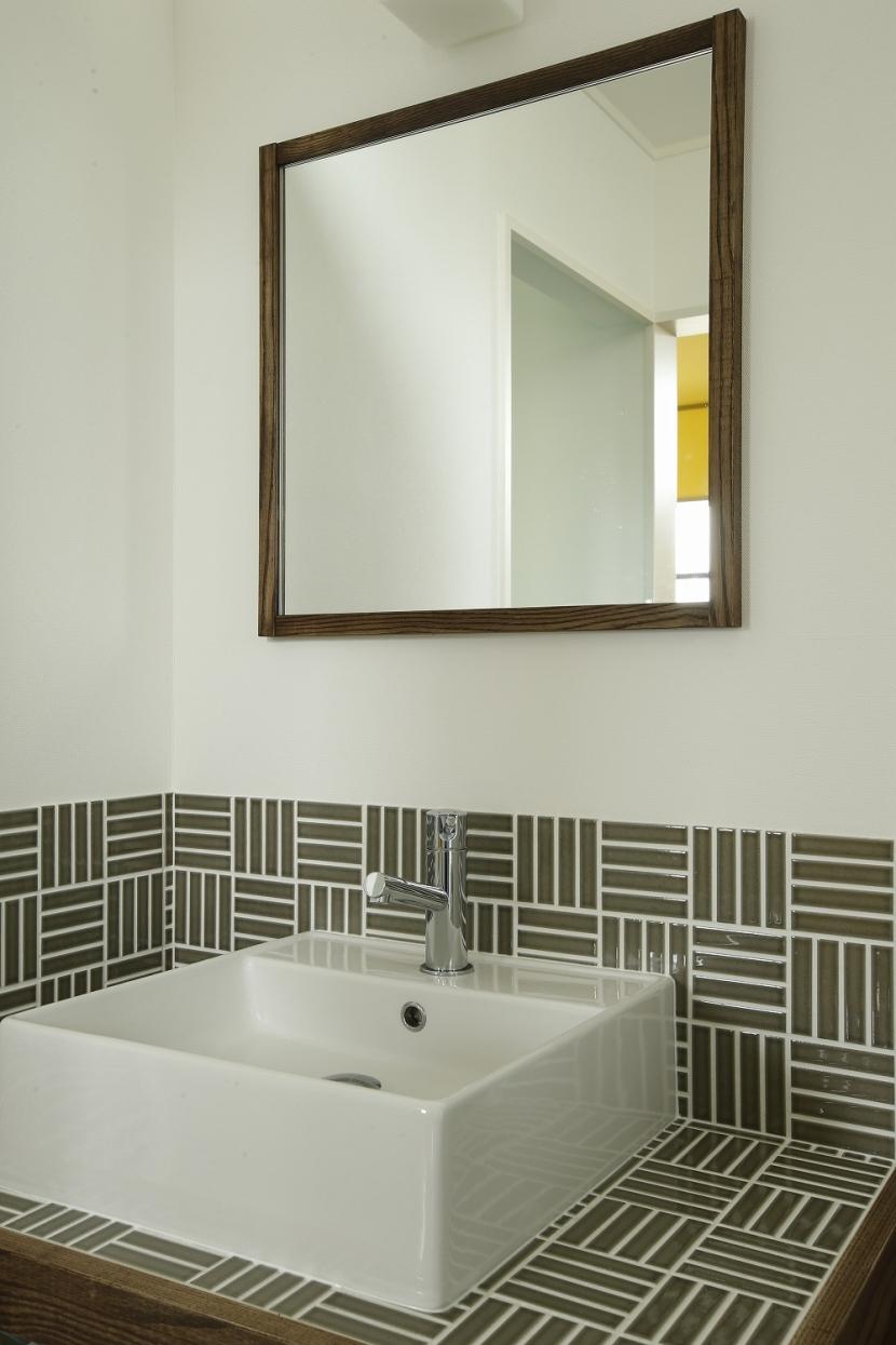 T邸・室内も窓からの緑も・・・色彩溢れる毎日を暮らす (洗面台)