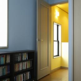 T邸・室内も窓からの緑も・・・色彩溢れる毎日を暮らす (書斎)