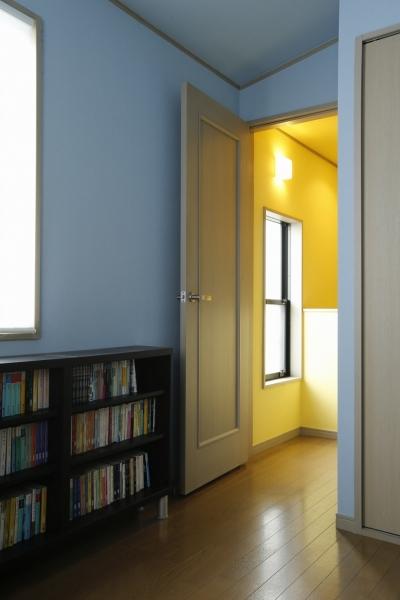 書斎 (T邸・室内も窓からの緑も・・・色彩溢れる毎日を暮らす)