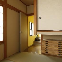 T邸・室内も窓からの緑も・・・色彩溢れる毎日を暮らす (和室)