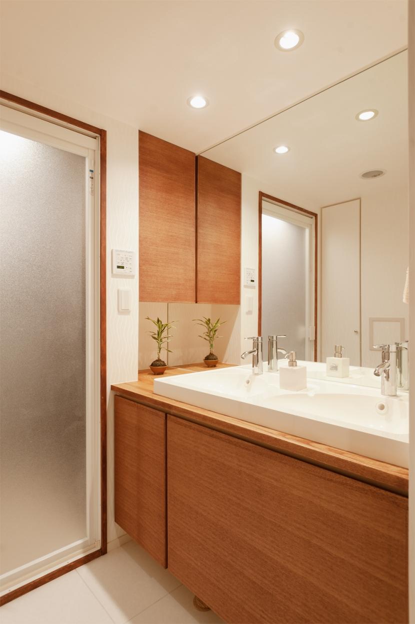 Ya邸・シックでのびやかな住空間で暮らすの写真 洗面所