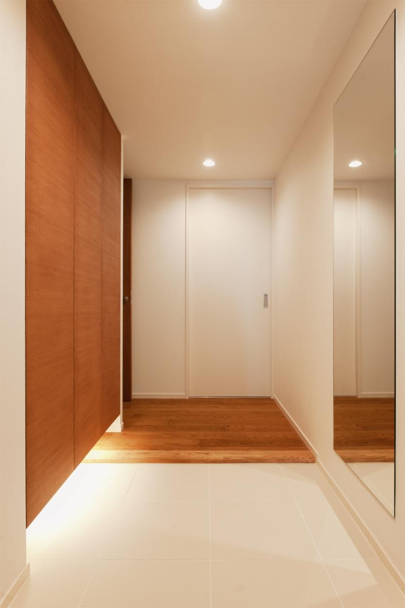 Ya邸・シックでのびやかな住空間で暮らすの写真 玄関