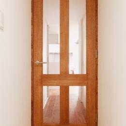 Ya邸・シックでのびやかな住空間で暮らす (廊下扉)