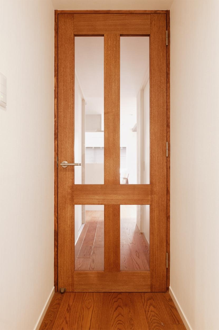 Ya邸・シックでのびやかな住空間で暮らすの写真 廊下扉