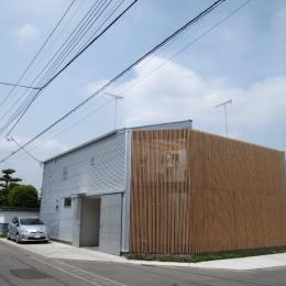 内側で開放的に暮らす家|UC house-プライバシーを守る格子の壁