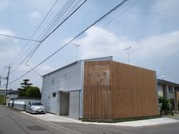 栃木県高根沢町・周囲を気にせず内側で暮らす家|UC house (プライバシーを守る格子の壁)