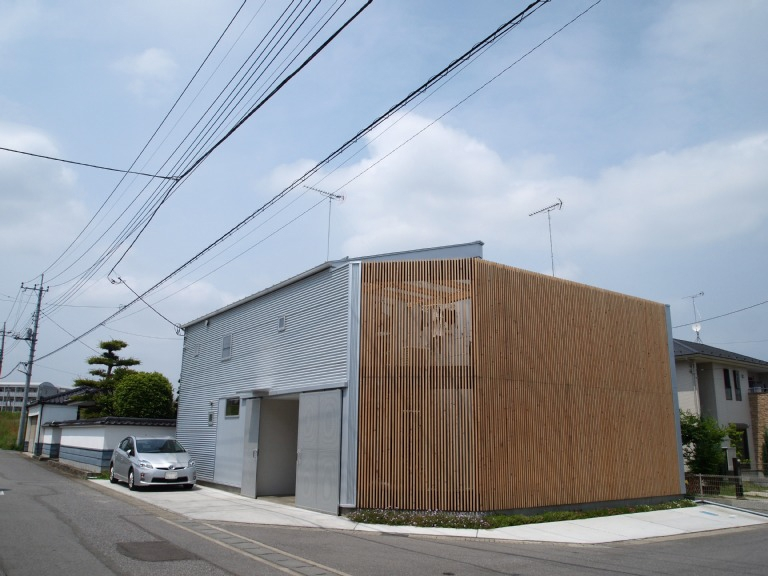 栃木県高根沢町・周囲を気にせず内側で暮らす家|UC houseの写真 プライバシーを守る格子の壁