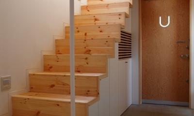 内側で開放的に暮らす家|UC house (玄関を広くする階段)