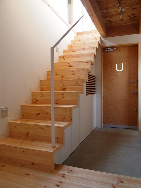 栃木県高根沢町・周囲を気にせず内側で暮らす家|UC house (玄関を広くする階段)
