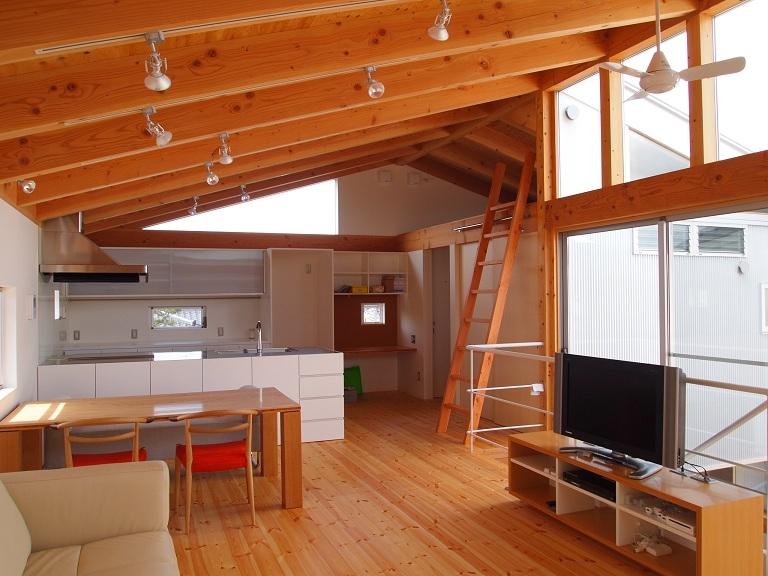 栃木県高根沢町・周囲を気にせず内側で暮らす家|UC houseの写真 開放的で明るい2階リビング