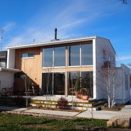 土間リビングの家|A house-大きな窓・白い壁・無垢板でアクセント
