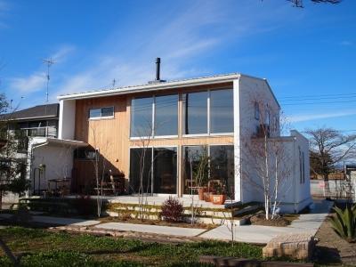 土間リビングの家 A house (大きな窓・白い壁・無垢板でアクセント)