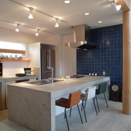 土間リビングの家|A house-コンクリートのキッチン