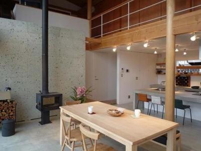 土間リビング・キッチン (土間リビングの家|A house)