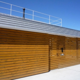 群馬県館林市・ガレージとソト土間のある家|Beetle House (連続した板塀とガレージドア)