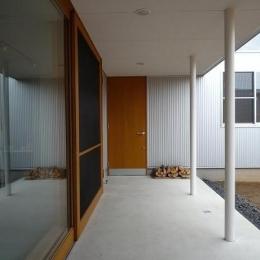 ソト土間|ガレージと中庭の中間領域 (群馬県館林市・ガレージとソト土間のある家|Beetle House)