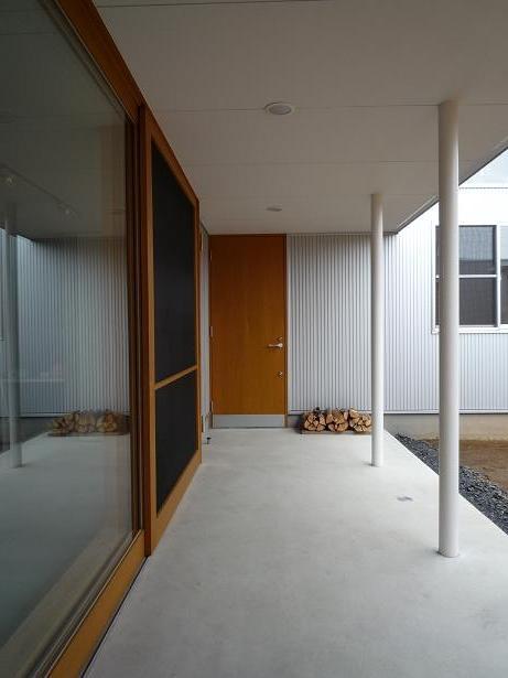 群馬県館林市・ガレージとソト土間のある家|Beetle Houseの部屋 ソト土間|ガレージと中庭の中間領域