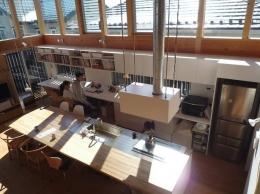 群馬県館林市・ソラを取り込んだ住まい|空の家 (大きなカウンターテーブル)