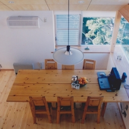 千葉県成田市・多目的な土間空間のある家|NAK HOUSE (ロフトから見たダイニング)