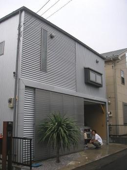 埼玉県入間市・大きなもみじのある家|波乗り亭 (ソトに対しては閉じた外観)
